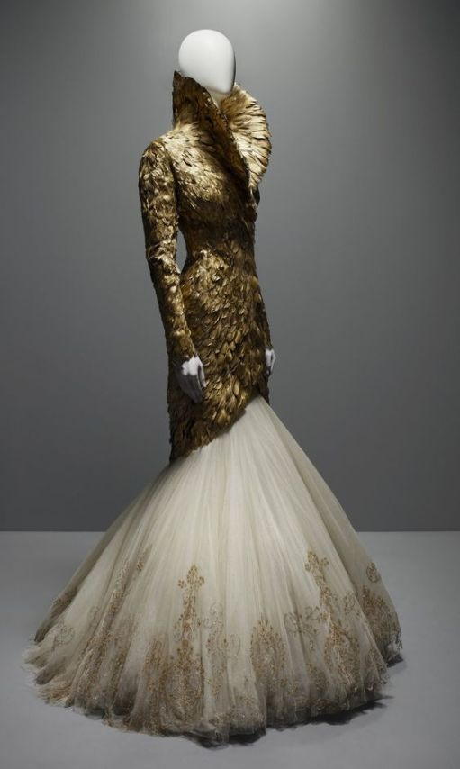 robe Alexander McQueen (source pinterest)